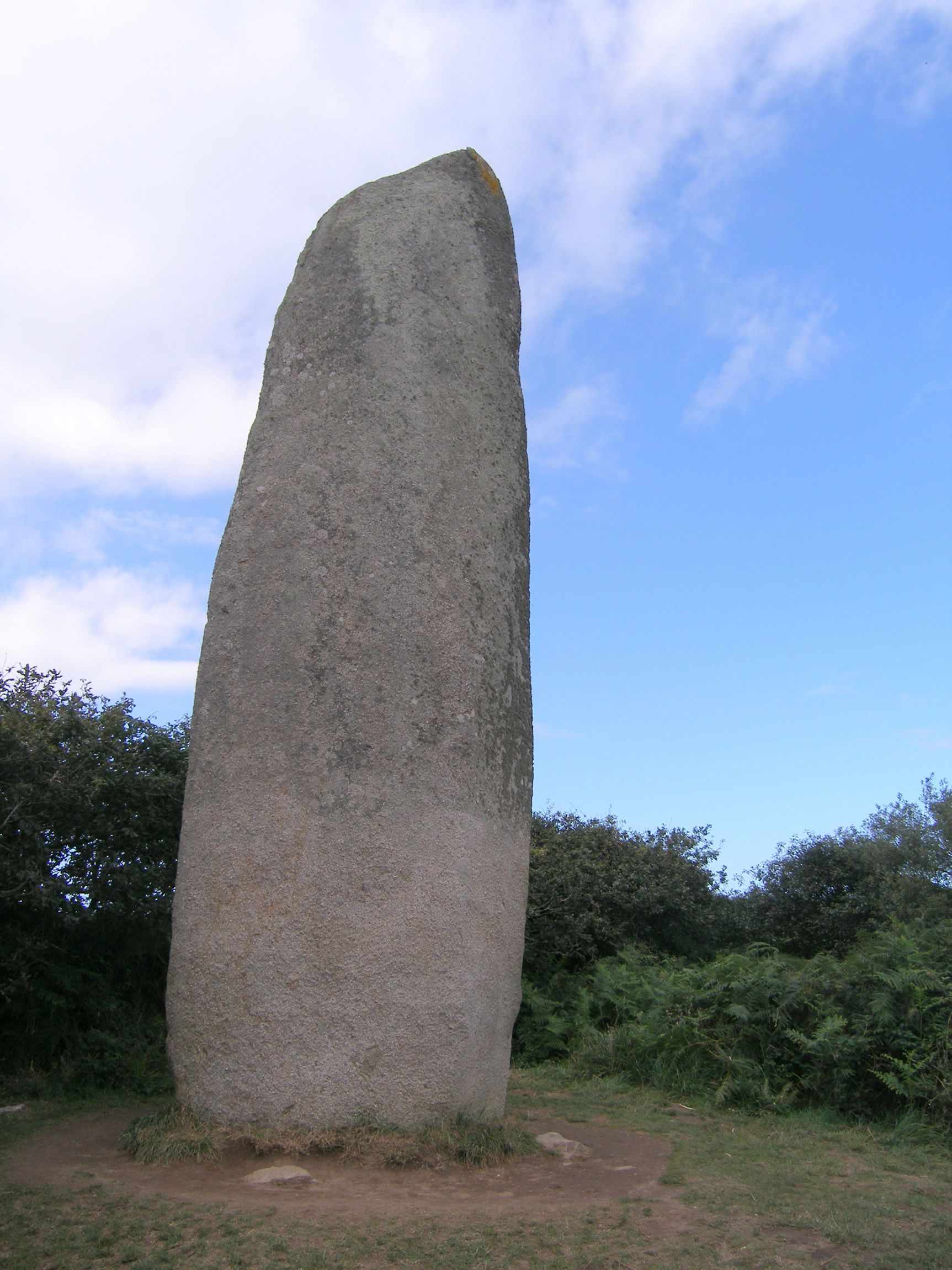Image 2. The Kerloas Menhir, near Plouarzel in Brittany, France. With a height of 9.5 meters this menhir is the tallest standing menhir in Bretagne. A few centuries ago the top was destroyed in a thunder storm: originally it must have been over 10 meters high. (See: J. Briard: The Megaliths of Brittany). Photo by User:China_Crisis.